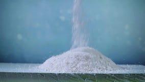 Το άσπρο αντιδραστήριο ενάντια στον πάγο κυλά επάνω κοντά επάνω φιλμ μικρού μήκους