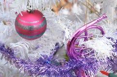 Το άσπρο ασήμι Χριστουγέννων ακτινοβολεί ριγωτές εκλεκτής ποιότητας διακοσμήσεις redl Στοκ φωτογραφία με δικαίωμα ελεύθερης χρήσης