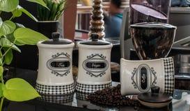 Το άσπρο βάζο καφέ Στοκ Εικόνες