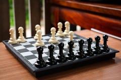 Το άσπρο ενέχυρο σκακιού εισβάλλει στο μαύρο ενέχυρο επίθεσης Στοκ Εικόνες