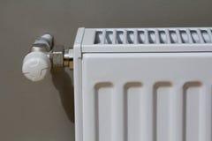 Το άσπρο θερμαντικό σώμα θέρμανσης με τη βαλβίδα θερμοστατών στον τοίχο σε ένα εσωτερικό διαμερισμάτων μετά από την ανακαίνιση λε Στοκ Εικόνα