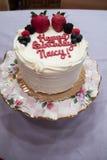 Το άσπρο κέικ γενεθλίων έκανε με το άσπρο πάγωμα και τις φράουλες και τα βακκίνια και τα σμέουρα Στοκ φωτογραφία με δικαίωμα ελεύθερης χρήσης