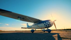 Το άσπρο και μπλε αεροπλάνο σε έναν διάδρομο, κλείνει επάνω φιλμ μικρού μήκους