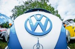 Το άσπρο και μπλε λογότυπο και η μπροστινή άποψη μεταφορέων του Volkswagen Στοκ φωτογραφία με δικαίωμα ελεύθερης χρήσης