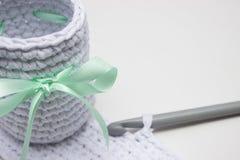 Το άσπρο καλάθι αποτελείται από το άσπρο πλέκοντας νήμα Στοκ Εικόνες