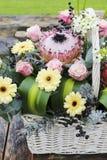Το άσπρο καλάθι wicket με το gerbera και αυξήθηκε λουλούδια Στοκ φωτογραφία με δικαίωμα ελεύθερης χρήσης