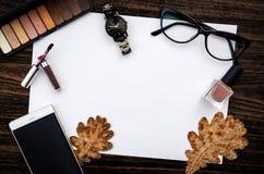 Το άσπρο κενό έγγραφο για τον ξύλινο πίνακα με τα φύλλα, αποτελεί, προσέχει, γυαλιά και κινητό τηλέφωνο Στοκ Εικόνα