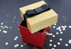 Το άσπρο κιβώτιο δώρων Χριστουγέννων με χρυσό ακτινοβολεί σχέδιο, που διακοσμείται με ένα άσπρο τόξο, που δημιουργεί μια ρομαντικ στοκ φωτογραφία με δικαίωμα ελεύθερης χρήσης