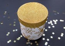 Το άσπρο κιβώτιο δώρων Χριστουγέννων με χρυσό ακτινοβολεί σχέδιο, που διακοσμείται με ένα άσπρο τόξο, που δημιουργεί μια ρομαντικ στοκ εικόνες