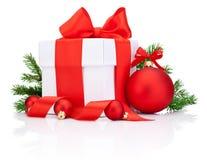 Το άσπρο κιβώτιο δώρων έδεσε το κόκκινες τόξο κορδελλών σατέν και τη σφαίρα Χριστουγέννων Στοκ Εικόνες