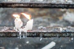 Το άσπρο κοντό κερί καίει στοκ εικόνες