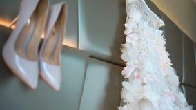 Το άσπρο μοντέρνο ζευγάρι των γαμήλιων υψηλών τακουνιών κρεμά στον τοίχο απόθεμα βίντεο