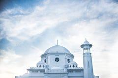 Το άσπρο μουσουλμανικό τέμενος Στοκ φωτογραφία με δικαίωμα ελεύθερης χρήσης