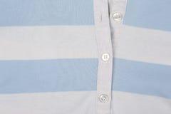 Το άσπρο μπλε πλέκει το πουκάμισο με την κινηματογράφηση σε πρώτο πλάνο κουμπιών Στοκ φωτογραφία με δικαίωμα ελεύθερης χρήσης