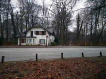 Το άσπρο παλαιό σπίτι πέρα από την οδό στοκ εικόνες με δικαίωμα ελεύθερης χρήσης