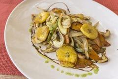 Το άσπρο πιάτο με τα λαχανικά στοκ εικόνα με δικαίωμα ελεύθερης χρήσης