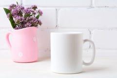Το άσπρο πρότυπο κουπών καφέ με τα πορφυρά λουλούδια στην Πόλκα διαστίζει το ρόδινο pi Στοκ Εικόνες