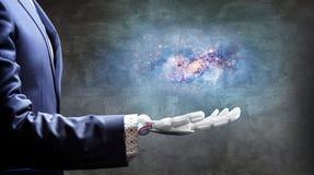 Το άσπρο ρομποτικό χέρι παρουσιάζει το διάστημα γαλαξιών τρισδιάστατη απόδοση Στοκ εικόνα με δικαίωμα ελεύθερης χρήσης