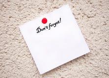 Το άσπρο σημειωματάριο με τις λέξεις φορά ` ξεχνά Στοκ φωτογραφίες με δικαίωμα ελεύθερης χρήσης