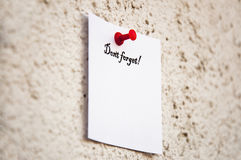 το άσπρο σημειωματάριο με τις λέξεις φορά ` τ ξεχνά Στοκ Εικόνα