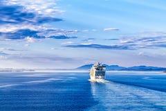 Το άσπρο σκάφος της γραμμής κρουαζιέρας που επιπλέει μακριά στην απόσταση Στοκ Φωτογραφίες