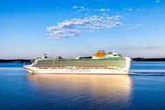 Το άσπρο σκάφος της γραμμής κρουαζιέρας που επιπλέει στο νερό Στοκ εικόνα με δικαίωμα ελεύθερης χρήσης