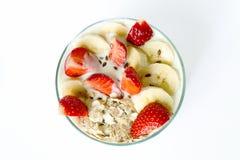 Το άσπρο σπιτικό γιαούρτι με τη βρώμη ξεφλουδίζει τη φράουλα και την μπανάνα και Στοκ Φωτογραφία