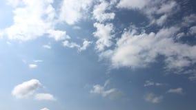 Το άσπρο σύννεφο εξαφανίζεται στον καυτό ήλιο στο μπλε ουρανό Μορφή σύννεφων σωρειτών ενάντια σε έναν λαμπρό μπλε ουρανό Η κίνηση απόθεμα βίντεο