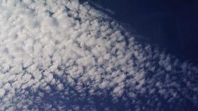 Το άσπρο σύννεφο κυμάτων Στοκ εικόνα με δικαίωμα ελεύθερης χρήσης