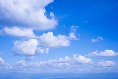 Το άσπρο σύννεφο στο μπλε ουρανό στη φωτεινή ημέρα στοκ φωτογραφία
