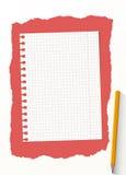 Το άσπρο φύλλο εγγράφου σημειωματάριων πλέγματος είναι στο κόκκινο υπόβαθρο με το κίτρινο ξύλινο μολύβι Στοκ εικόνες με δικαίωμα ελεύθερης χρήσης