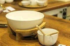 Το άσπρο φλυτζάνι είναι στον πίνακα στην κουζίνα Στοκ εικόνα με δικαίωμα ελεύθερης χρήσης