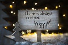 Το άσπρο χριστουγεννιάτικο δέντρο, αναφέρει πάντα έναν λόγο να χαμογελάσει στοκ φωτογραφίες με δικαίωμα ελεύθερης χρήσης