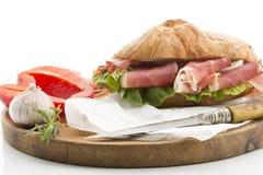 Το άσπρο ψωμί με το ζαμπόν από το σκόρδο μαρουλιού πιπεριών κουδουνιών νότος-Tirol εξυπηρέτησε στον ξύλινο πίνακα Στοκ φωτογραφία με δικαίωμα ελεύθερης χρήσης