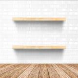 Το άσπρο δωμάτιο κεραμιδιών και το ξύλινο δάπεδο με το ξύλινο ράφι, χλευάζουν επάνω το φ στοκ φωτογραφία με δικαίωμα ελεύθερης χρήσης