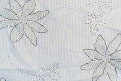 Το άσπρο ύφασμα βαμβακιού με ένα μαύρο floral σχέδιο Στοκ φωτογραφίες με δικαίωμα ελεύθερης χρήσης