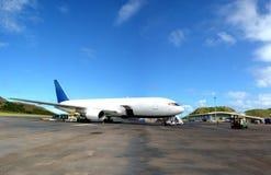 Το άσπρο Boeing 767 στον αερολιμένα Στοκ Φωτογραφία
