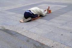 Το άστεγο άτομο ικετεύει για τα χρήματα στοκ εικόνες