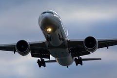 Το άτιτλο Boeing 777 που προσγειώνεται Στοκ Φωτογραφίες