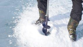 Το άτομο άντεξε τις βίδες πάγου πάγου φιλμ μικρού μήκους