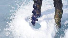 Το άτομο άντεξε τις βίδες πάγου πάγου απόθεμα βίντεο