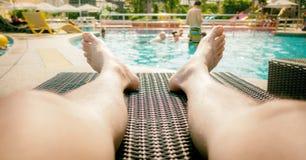Το άτομο έβαλε το πόδι του έξω στη λίμνη σε μια καρέκλα Στοκ Φωτογραφίες
