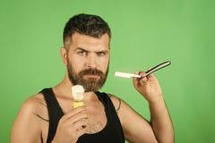 Το άτομο έκοψε τη γενειάδα και mustache με το ξυράφι και τη βούρτσα ξυρίσματος Στοκ εικόνες με δικαίωμα ελεύθερης χρήσης