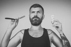 Το άτομο έκοψε τη γενειάδα και mustache με το ξυράφι και τη βούρτσα ξυρίσματος Στοκ φωτογραφίες με δικαίωμα ελεύθερης χρήσης
