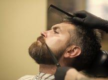 Το άτομο έκοψε τη μακριά γενειάδα και mustache με το ψαλίδι Στοκ Φωτογραφία