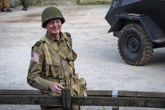 Το άτομο έντυσε στους εν καιρώ πολέμου στρατιώτες αμερικάνικου στρατού ομοιόμορφους αναπαριστώντας milit στοκ φωτογραφίες