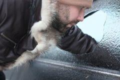 Το άτομο έσπασε το γυαλί του αυτοκινήτου μια μικρή πέτρα Στοκ εικόνα με δικαίωμα ελεύθερης χρήσης