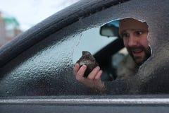 Το άτομο έσπασε το γυαλί του αυτοκινήτου μια μικρή πέτρα Στοκ Εικόνες