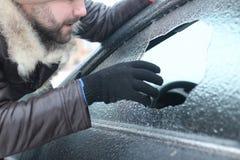 Το άτομο έσπασε το γυαλί του αυτοκινήτου μια μικρή πέτρα Στοκ φωτογραφίες με δικαίωμα ελεύθερης χρήσης