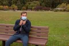 Το άτομο έχει το κρύο ή γρίπη Το άτομο έχει το κρύο σύλληψης Στοκ Εικόνες